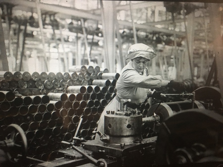 873b. Picture of World War I munitions factory London, c. 1916