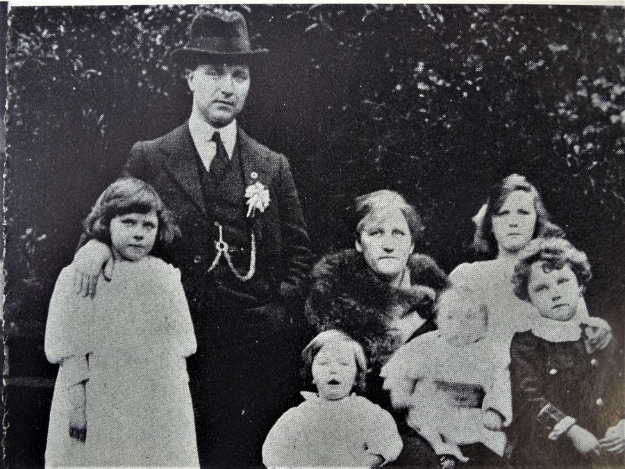 1040a. Tomás & Eilís MacCurtain with family, March 1920