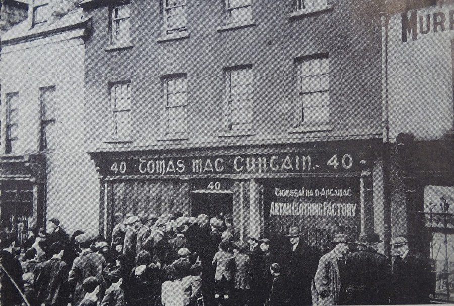 1040b. Crowd outside MacCurtain House, Blackpool Bridge, 20 March 1920