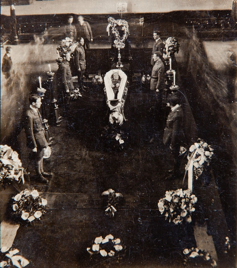 1041a. Photo of Tomas MacCurtain Lying in State at Cork city Hall, 21 March 1920