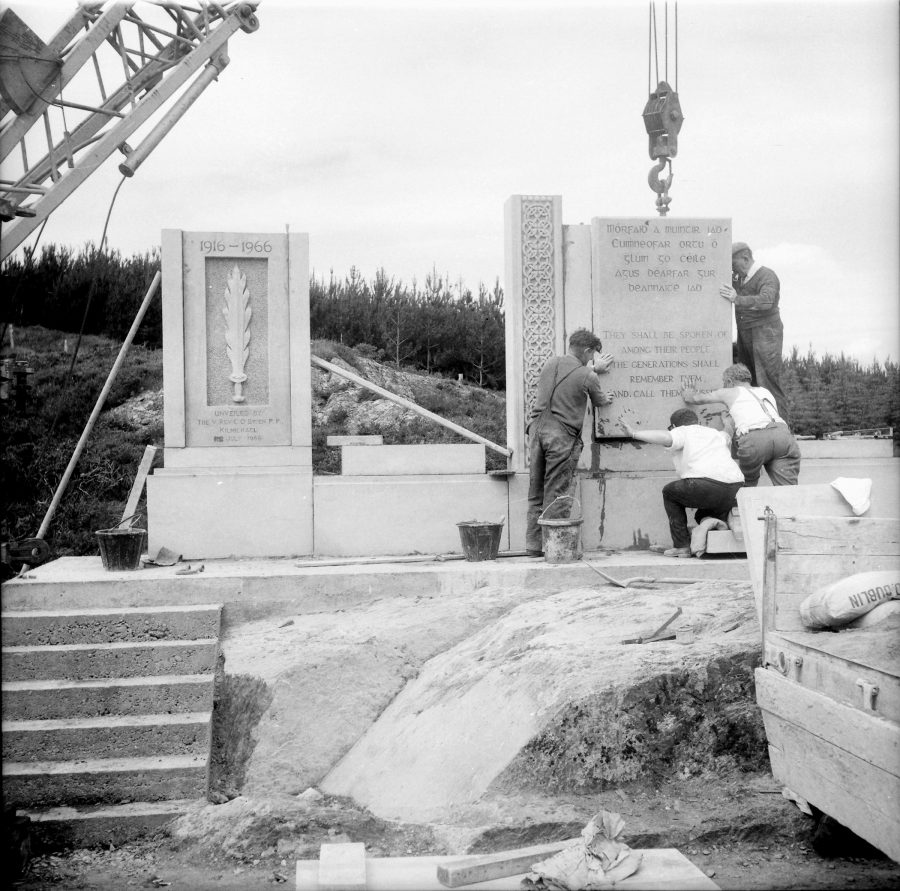 1076b. Assembling the Kilmichael Ambush memorial by McCarthy and Sons Sculptors, 1966 (picture: Dennis Dineen Collection).